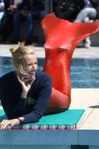 12. Mai 2019  Überraschung beim ZDF-Fernsehgarten: Bei der Show am Muttertagschlüpft Moderatorin Andrea Kiewel in einen Neoprenanzug mit Meerjungfrauen-Flosse und wagt sich sogar mit den Kindern in den Pool, um ein paar Bahnen zu schwimmen.