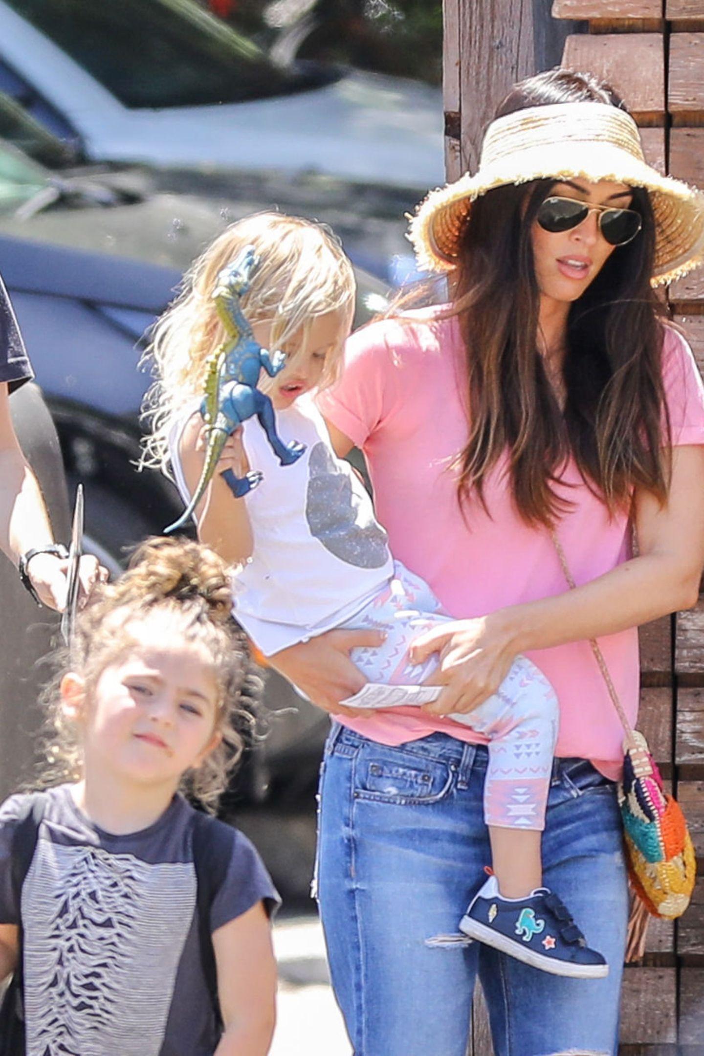 Den Muttertag verbrachte Megan Fox mit ihren drei Kindern. Dabei fällt auf, wie groß der Nachwuchs von ihr und Schauspieler Brian Austin Green geworden ist. Hier trägt Megan den zweijährigen Journey River auf dem Arm und ist dabei die modischsteMutter aller Zeiten. In einem chicen Boho-Look mit Strohhut navigiert sie ihre Söhne durch Los Angeles.