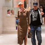 """In einem hautengen Kleid sichten Paparazzi Hailey Bieber beim Verlassen des New Yorker Restaurants """"Nobu"""". Die 22-Jährige verzichtet offensichtlich auf einen BH, denn ihre Nippel zeichnen deutlich unter dem Stoff ab. Hailey selbst scheint von ihrem """"Mode-Malheur"""" nichts mitzubekommen und studiert lieber die Nachrichten auf ihrem Handy."""