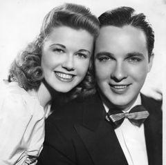 Dann arbeitet sie als Sängerin bei Dixieland-Jazz-Bands von unter anderem Bob Crosby, dem jüngeren Bruder von Bing Crosby.