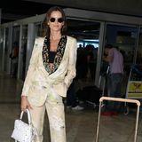 Auf Reisen dabeihat Izabel Goulart ihre weiße Handtasche von Valentino und einen Louis-Vuitton-Koffer. Mit beiden Gepäckstücken posiert sie noch schnell amFlughafen-Gate und steigt anschließendins Taxi, das sie zu den 72. Filmfestspielen nach Cannes bringt.