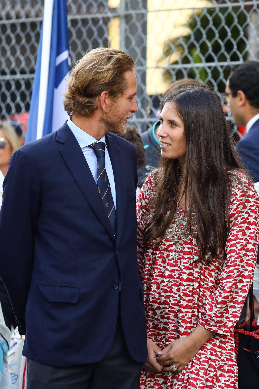 """Andrea Casiraghi und seine schöne Frau Tatiana Santo Domingotauschen am Rande des Autorennens """"Monaco E-Prix"""" verliebte Blicke aus. Die dreifache Mutter trägt ihre langen Haare offen."""