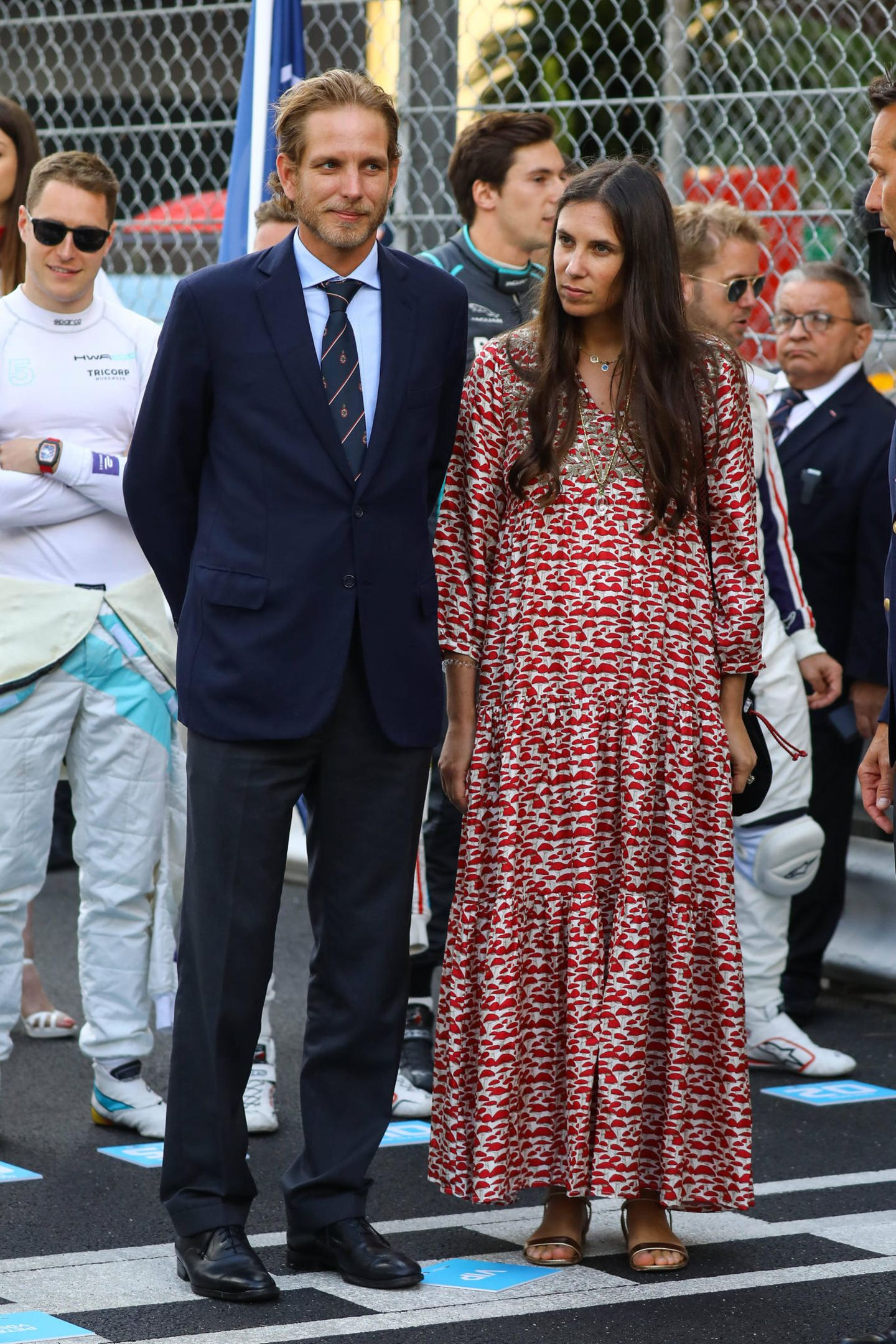 Mit ihrem knöchellangen, locker fallenden Kleid, das ein Fliegenpilzmuster ziert,und einer langen Kette unterstreicht Tatiana Santo Domingo den zarten Hippie-Look.