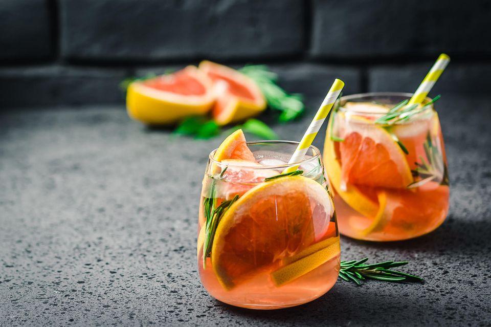 Leckere Mocktails wie der Grapefruit-Rosmarin-Cocktail sind zu jeder Tageszeit ein Genuss.