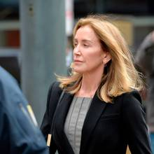 Felicity Huffman am 13. Mai auf dem Weg ins Gericht