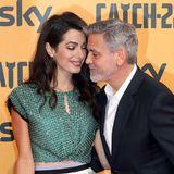 """Amal Clooney begleitet ihren Ehemann George zur Premiere seines neuen Films """"Catch 22"""" in Rom. Verliebt turteln die beiden auf dem roten Teppich vor den Kameras. Doch nicht nur die Zwillingseltern strahlen..."""