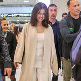 Selena Gomez zeigt uns den perfekten Travel-Look: In einem Strick-Jumpsuit und einem langen Cardigan beweist sie, wie schick ein bequemes Outfit sein kann. Eine große Sonnenbrille schützt sie vor neugierigen Blicken.