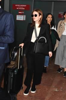 Auch Julianne Moore versucht am Flughafen in Nizza unerkannt zu bleiben: In einem schwarzen Anzug und mit Gepäck und Tasche von Louis Vuitton wird sie bei ihrer Ankunft fotografiert.