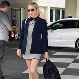 Chloe Sevigny zeigt sich très chic am Flughafen von Nizza. Die Schauspielerin setzt auf ein gestreiftes Minikleid mit Volants und einen schicken Blazer. Dazu kombiniert sie weiße Sneaker und hohe Socken. Rote Lippen, eine Sonnenbrille und ein schickes Halstuch runden ihren Look ab.