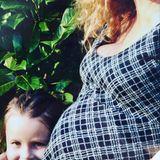"""""""Schnappschuss von einem besonders glücklichen Moment... Ich habe viel schönere Fotos von mir und meinen Kindern, aber genau DAS drückt für mich aus, welches Gefühl ich mit MUTTERTAG verbinde..."""", schreibt Katja Burkard am Muttertag zu einem Instagram-Foto, auf dem die Moderatorin ihren Fans einen seltenen Blick auf ihre Tochter gewährt."""