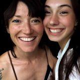 Auf Instagram sendet Charlotte Roches Tochter Polly ihrer Mutter liebevolle Muttertagsgrüße und teilt schöne Mutter-Tochter-Schnappschüsse.