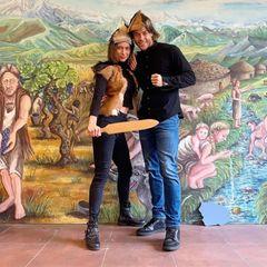 """9. Mai 2019  Andrej und Jenny besuchendas archäologische Museum in Frankfurt. Wie man sieht, hatten sie ihren Spaß und modisch erstrahlen die Verliebten in einem ganz neuen Look. Andrej findet: """"Die Kleidung aus früheren Zeiten hat unseren Style nochmals aufgewertet."""""""
