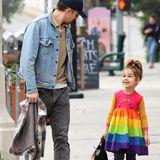 In einem bunten Regenbogenkleid und einer gepunkteten Leggings bummelt die kleine Esmeralda fröhlich durch Los Angeles. Ihr süßes Lächeln und der farbenfrohe Look verbreiten an dem Tag jede Menge gute Laune!Mit dabei hat die Mini-Lady eine kleine Handtasche und ihren Papa Ryan Gosling – und der lässt seine hübsche, vierjährige Tochter nicht aus den Augen.