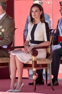Trotzdem war die Königin von Spanien sicherlich froh, als sie in ihrem monochromen Look endlich Platz nehmen konnte.