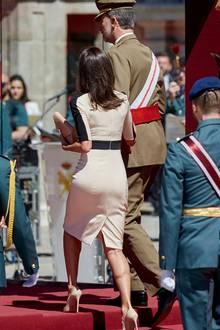 Beim 175. Jubiläum der Gründung der Guardia Civil im Königspalast in Madrid, erschien Königin Letizia in himmelhohen High Heels. An der Seite von König Felipe meisterte sie die Stufen.