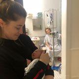 RealistischerEinblickin das Wochenbett: Amy Schumer postet auf Instagram ein Foto aus dem Krankenhaus, das vermutlich kurz nach der Geburt ihres Sohnes entstanden ist und die Schauspielerin nur in Krankenhaushemd bekleidetund an einen Infusionsschlauch angeschlossenauf der Toilette zeigt.