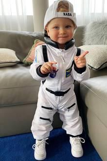 Wie niedlich! Chiara Ferragni postet auf Instagram ein Foto ihres Sohnes, auf dem der kleine Leone einen Mini-Astronautenanzug trägt und verschmitzt in die Kamera lächelt. Eins istsicher: Der Kleine posiert schon jetzt wie ein Profi.