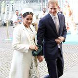 Auch Prinz Harry könnte Gast der Feier sein. Schon kurz nach der Geburt nimmt der frisch gebackene Papa schon wieder Termine wahr. Seine Frau Herzogin Meghan wird dagegen vermutlich zu Hause bleiben und mit Baby Archie das Wochenbett hüten.