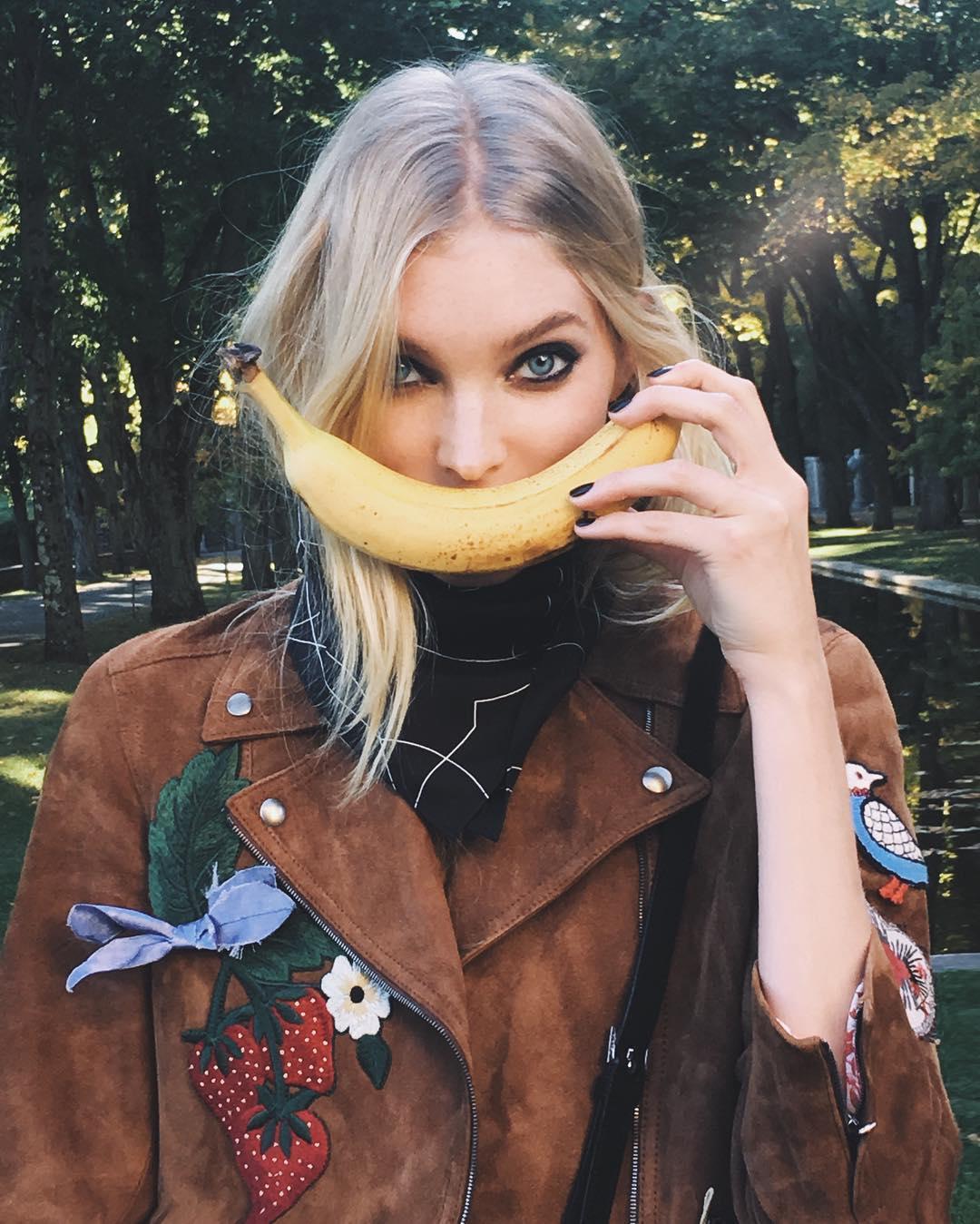 Elsa Hosk mit einer Banane