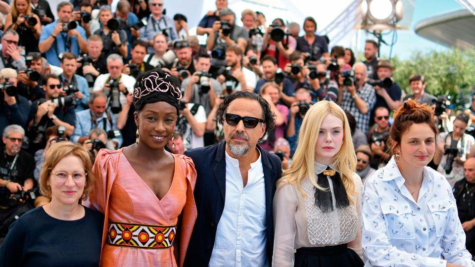 Ein Teil der diesjährigen Jury der 72. Internationalen Filmfestspiele von Cannes stellt sich der Presse vor: Regisseurin Kelly Reichardt, RegisseurinMaimouna N'Diaye, Regisseur und JurypräsidentAlejandro Gonzalez Inarritu, Schauspielerin Elle Fanning und RegisseurinAlice Rohrwacher (v.l.n.r.).