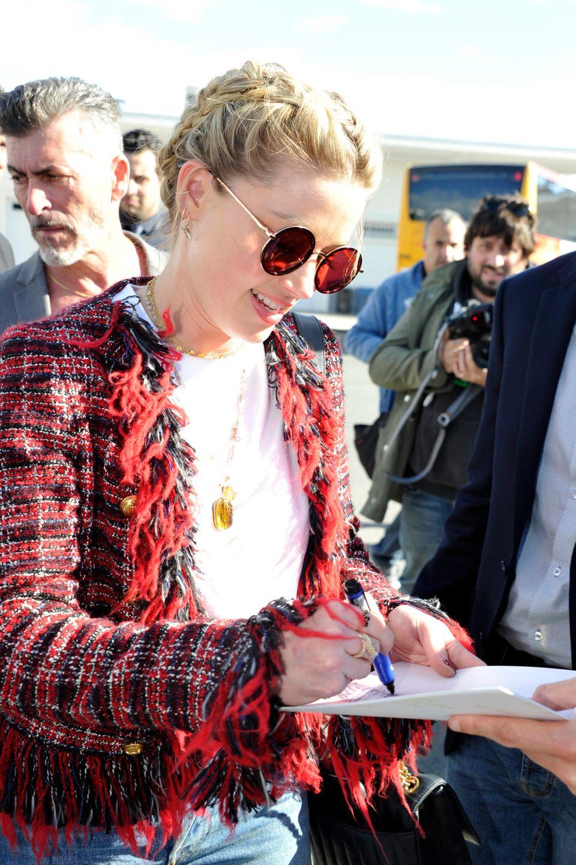 Voller Vorfreude wird die Schauspielerin Amber Heard von ihren Fans bei der Ankunft in Nizza erwartet und gibt bereits am Flughafen die ersten Autogramme, bevor es weiter nach Cannes geht.