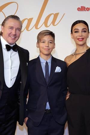 Verona Pooth benutzt das Handy, um ihrem Sohn Diego (Mitte) so Einiges zu beweisen.
