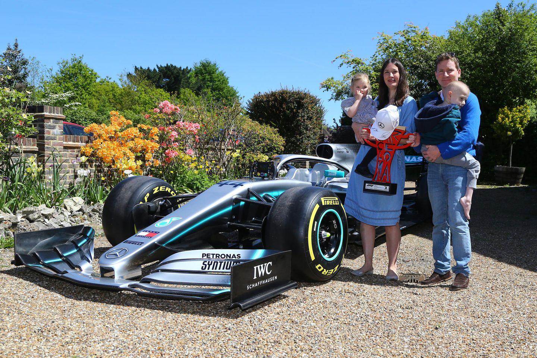 Harry Shaw und seine Familie vor dem Formel-1-Wagen von Lewis Hamilton