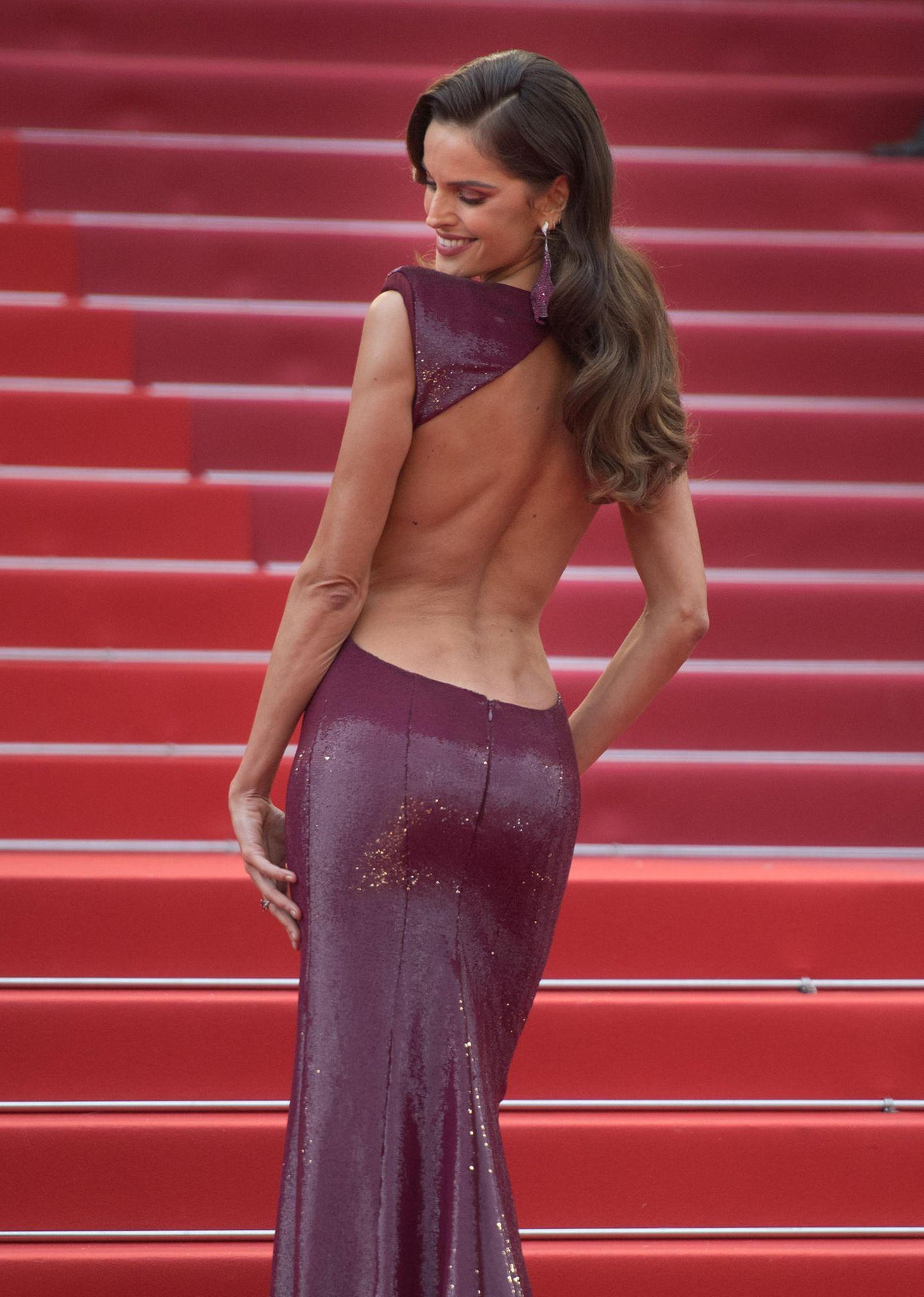 ... sondern auch durch ein sexy Rücken-Dekolleté.