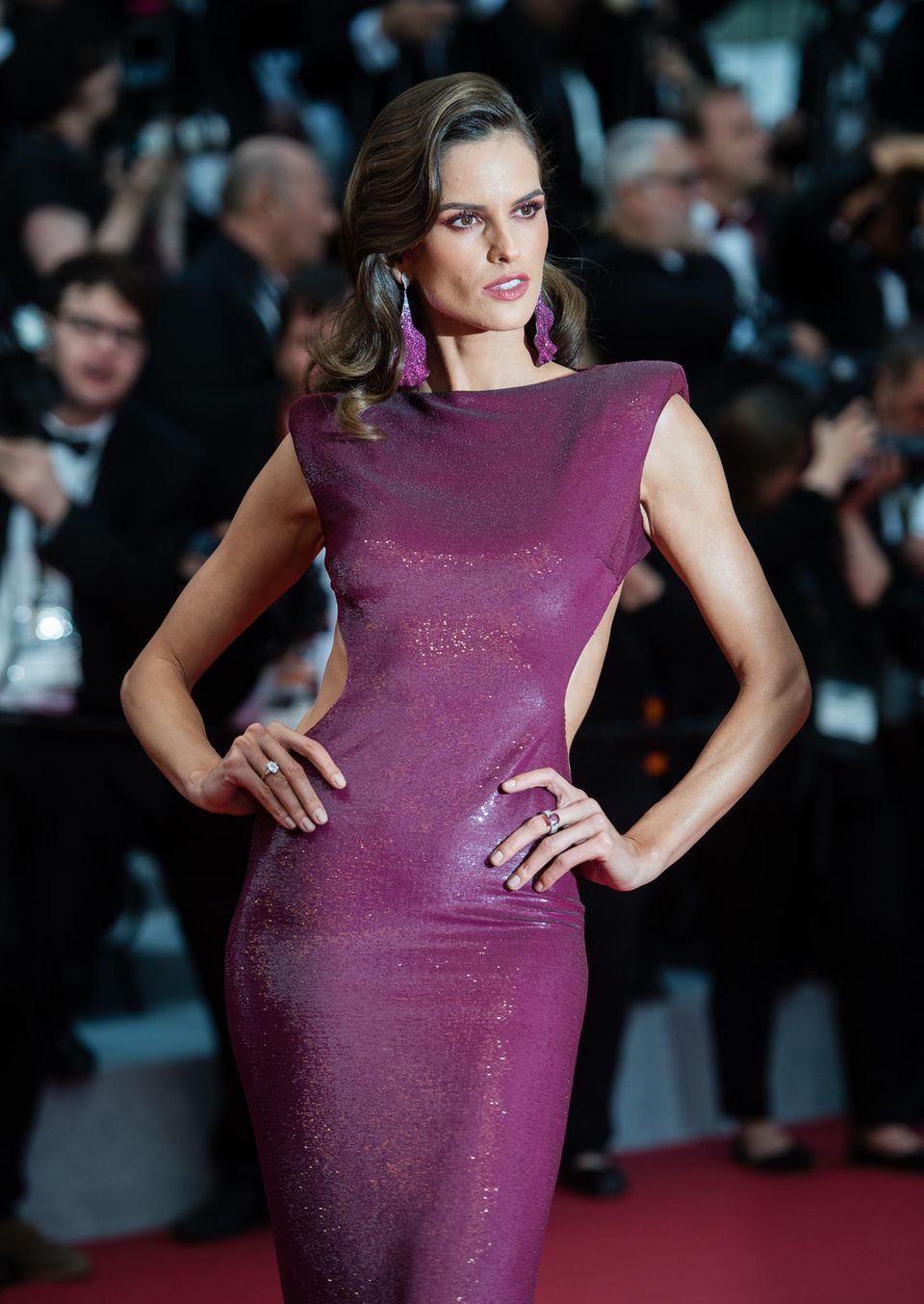 """""""Victoria's Secret""""-Engel Izabel Goulart kommt zur Opening der Filmfestspiele in einem hautengen Pailletten-Kleid in Lila. Es besticht nicht nur durch den Crop-Schnitt an der Taille ..."""
