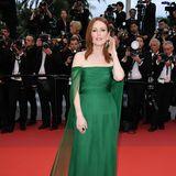 Oscar-Preisträgerin Juliane Moore ist ebenfalls an die Côte d'Azur gejettet. In einem schulterfreien Kleid in sattem Grün sieht sie ganz bezaubernd aus.
