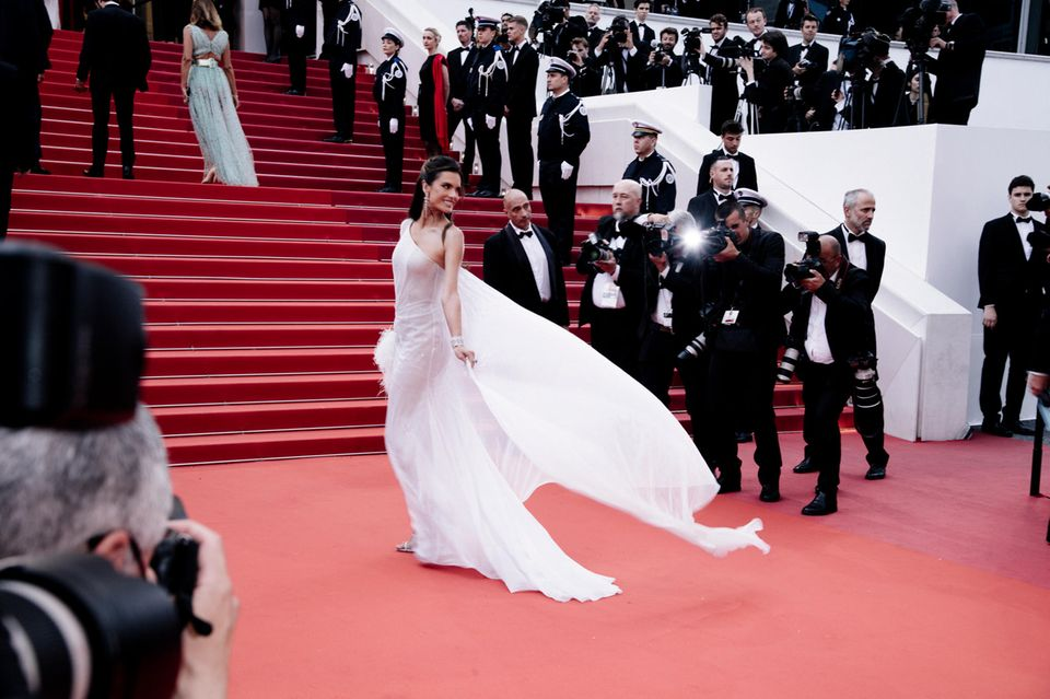 Alessandra Ambrosio setzt ihr traumhaftes Kleid in Szene.