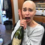 """14. Mai 2019  Anlässlich der fünften Folge """"Games Of Thrones"""" postet Emilia Clarke einen witzigen Schnappschuss, auf demdie Schauspielerin mit Glatze und einer großen Flasche Champagner posiert. Dazu schreibt sie: """"Das war nicht nur nötig, um die fünfte Folge zu drehen, sondern auch, um sie anzuschauen!"""""""
