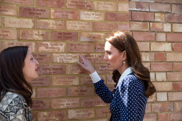 Herzogin Catherine findet die Namen ihrer Großmutter Valerie und ihrer Großtante Mary auf dem Denkmal in Bletchley Park.