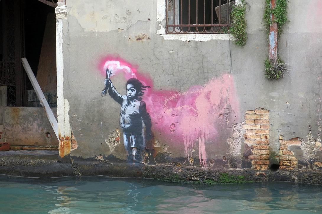 Es ist ein Banksy! Der Künstler Lapo Simeoni hat das Werk während der Biennale in Venedig zuerst entdeckt.