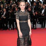 Neben zahlreichen Stars aus Hollywood, ist auch die deutsche Schauspielerin Sonja Gerhardt in Cannes. Im Midi-Kleid und Sleek-Look vertritt sie die deutsche Filmindustrie gekonnt glamourös.