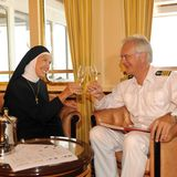"""Cheers!Unter dem Motto """"Geheime Kommandosache"""" organisiert Oskar (Harald Schmidt) das große Fest zum 30-jährigen Berufsjubiläum von Beatrice. Mit dabei ist auch Gaby Dohm, hier im Nonnengewand zu sehen."""