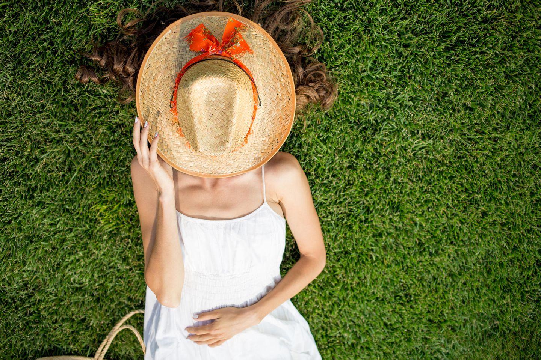 Menschen, die unter einer Sonnenallergie leiden, müssen sich vor den Sonnenstrahlen auf der Haut schützen
