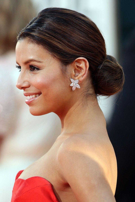 Eva Longoria inszeniert mit dem schlichten Chignon ihre glitzernden Ohrringe.