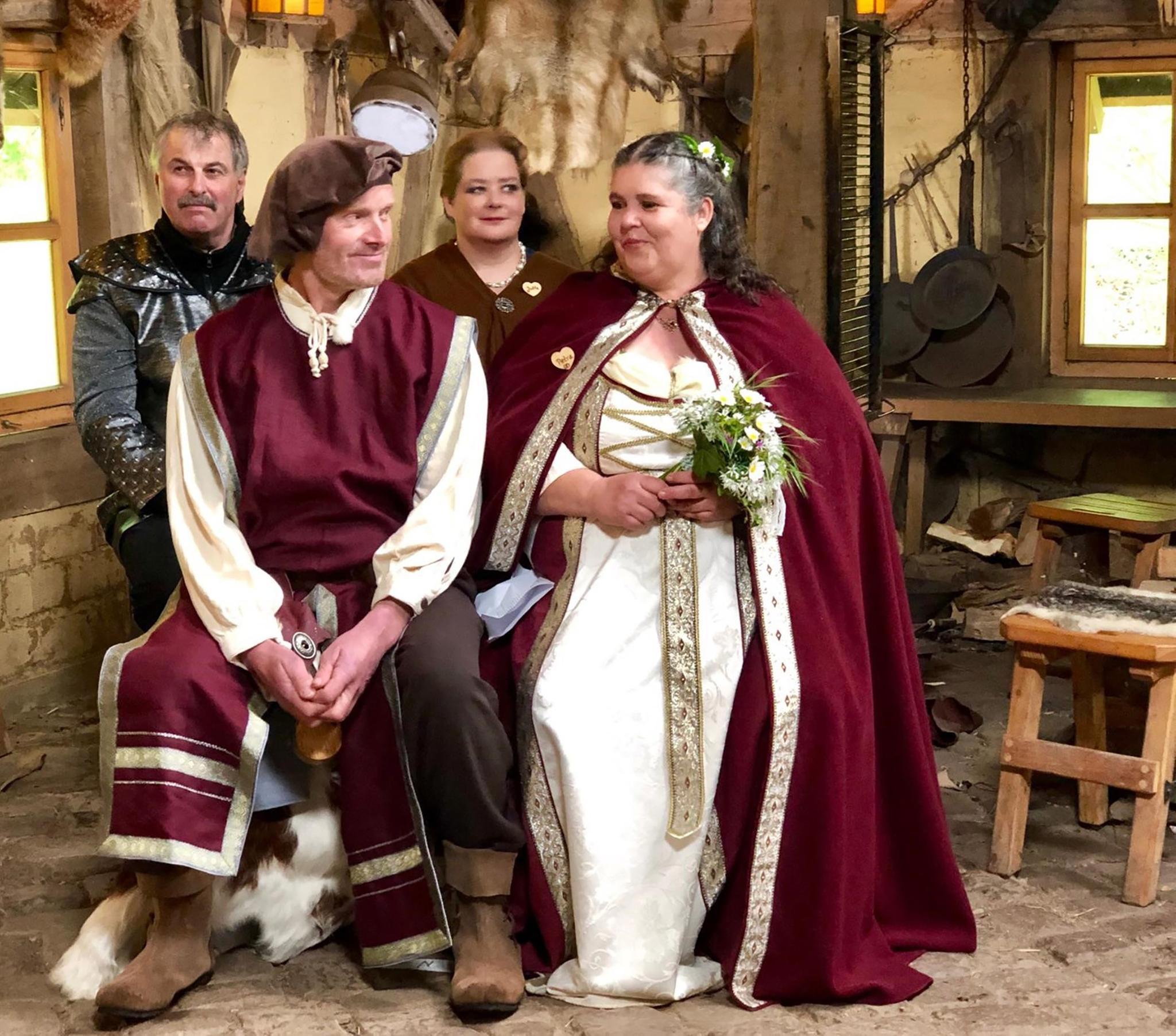 Romantische Mittelalter-Hochzeit von Petra (rechts vorne) und Norbert (links vorne)