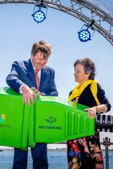 15. Mai 2019  Stürmische Angelegenheit: König Willem-Alexander eröffnet im niederländischen Bruinisse den Windpark Krammer, indem er symbolisch zwei Stecker zusammenstöpselt.