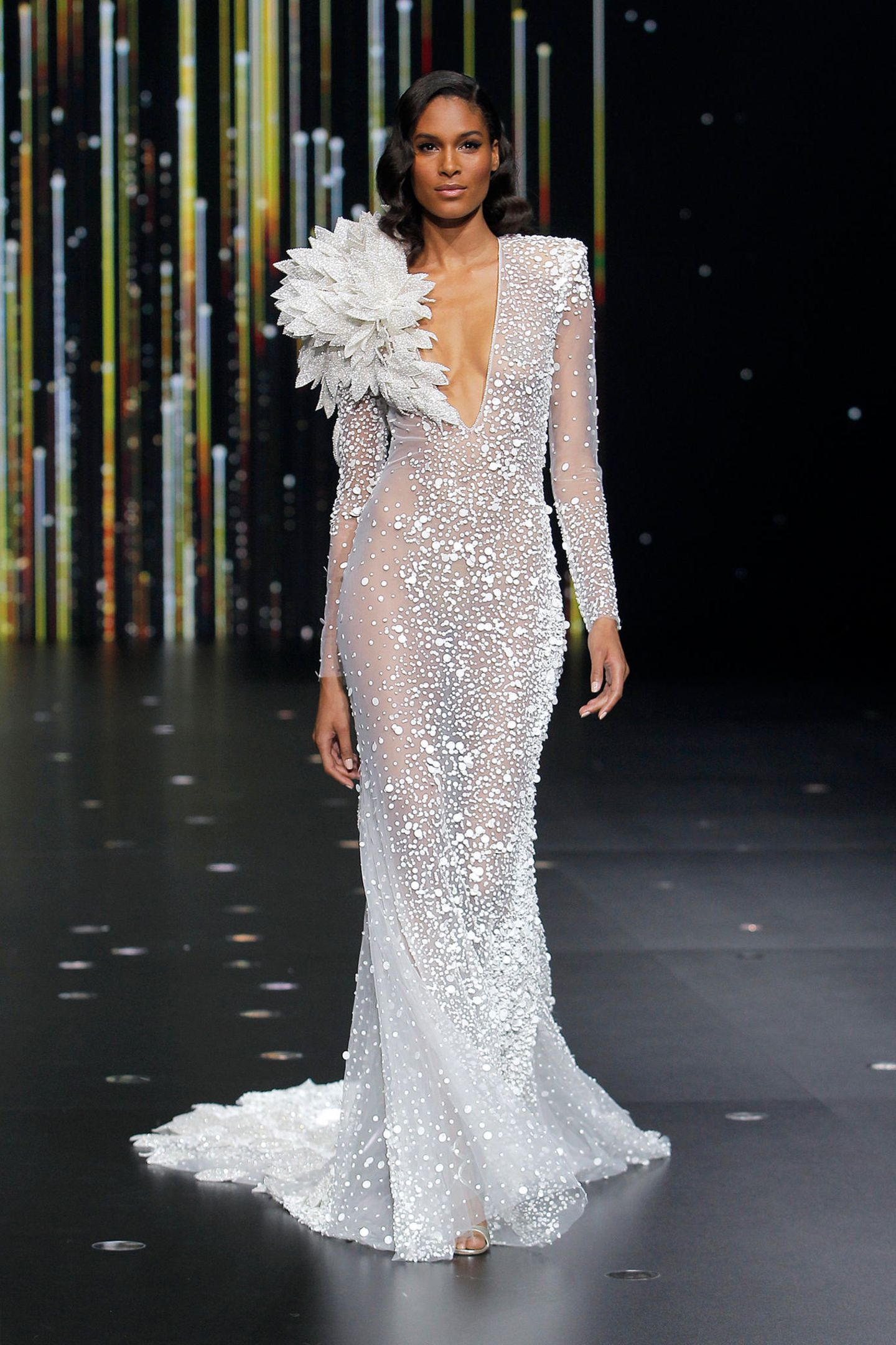 Ganz besonders glamourös ist diese Kreation von Pronovias, die mit viel nackter Haut und raffinierten Details überzeugt.