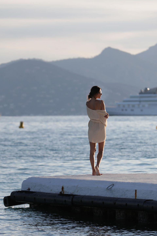Bevor sich Alessandra Ambrosio in die nächste glamouröse Robe wirft, genießt das Model noch ganz entspannt den Sonnenuntergang am Strand.