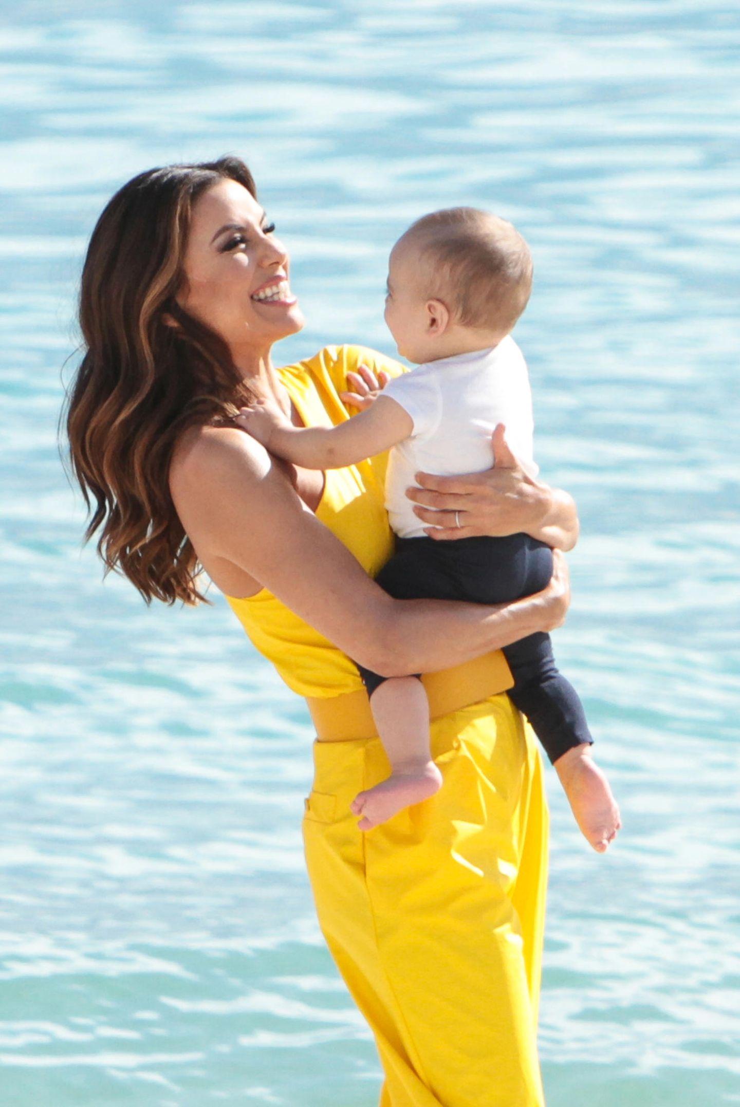 Zwischen den Auftritten auf dem Roten Teppich genießt Eva Longoria die Zeit mit ihrem Sohn Santiago am Strand von Cannes.