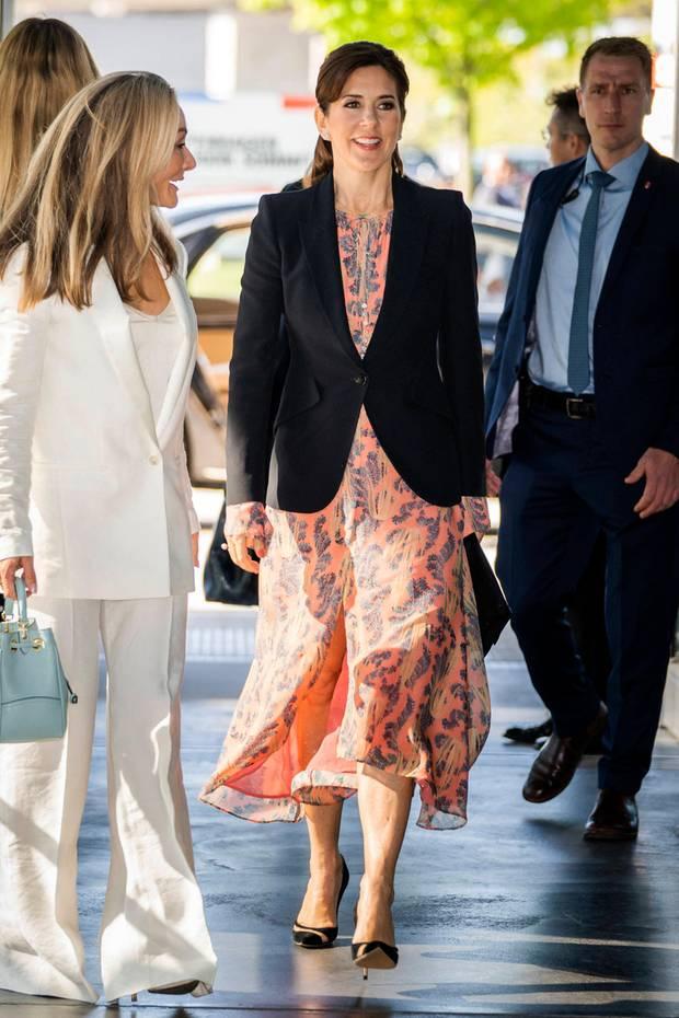In ihrer Funktion als Schirmherrin zeigt sich Prinzessin Mary beim Kopenhagen Fashion Summit in einem Seidenkleid von H&M. Das Modell stammt aus der Conscious Exclusive Kollektion und ist für 179 Euro aktuell zu haben. Doch nicht nur Mary hat sich in dieses edle Schnäppchen verliebt ...