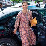 Denn auch Prinzessin Victoria, die häufig Kleider der schwedischen Modemarke trägt, besitzt das nachhaltige Seidenkleid. Sie trug es bereits eine Woche vor Mary auf ihrer Vietnam-Reise.