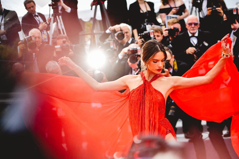 Im Rampenlicht: Alessandra Ambrosio spielt mit den Reizen ihres traumhaften Kleides.