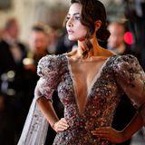 In ihrer extravaganten Robe ist die indische Schauspielerin Hina Khan ein echter Blickfang auf dem Roten Teppich.