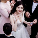 Ein letzter Gruß, bevor es für Schauspielerin Jing Tian auf den Roten Teppich geht.