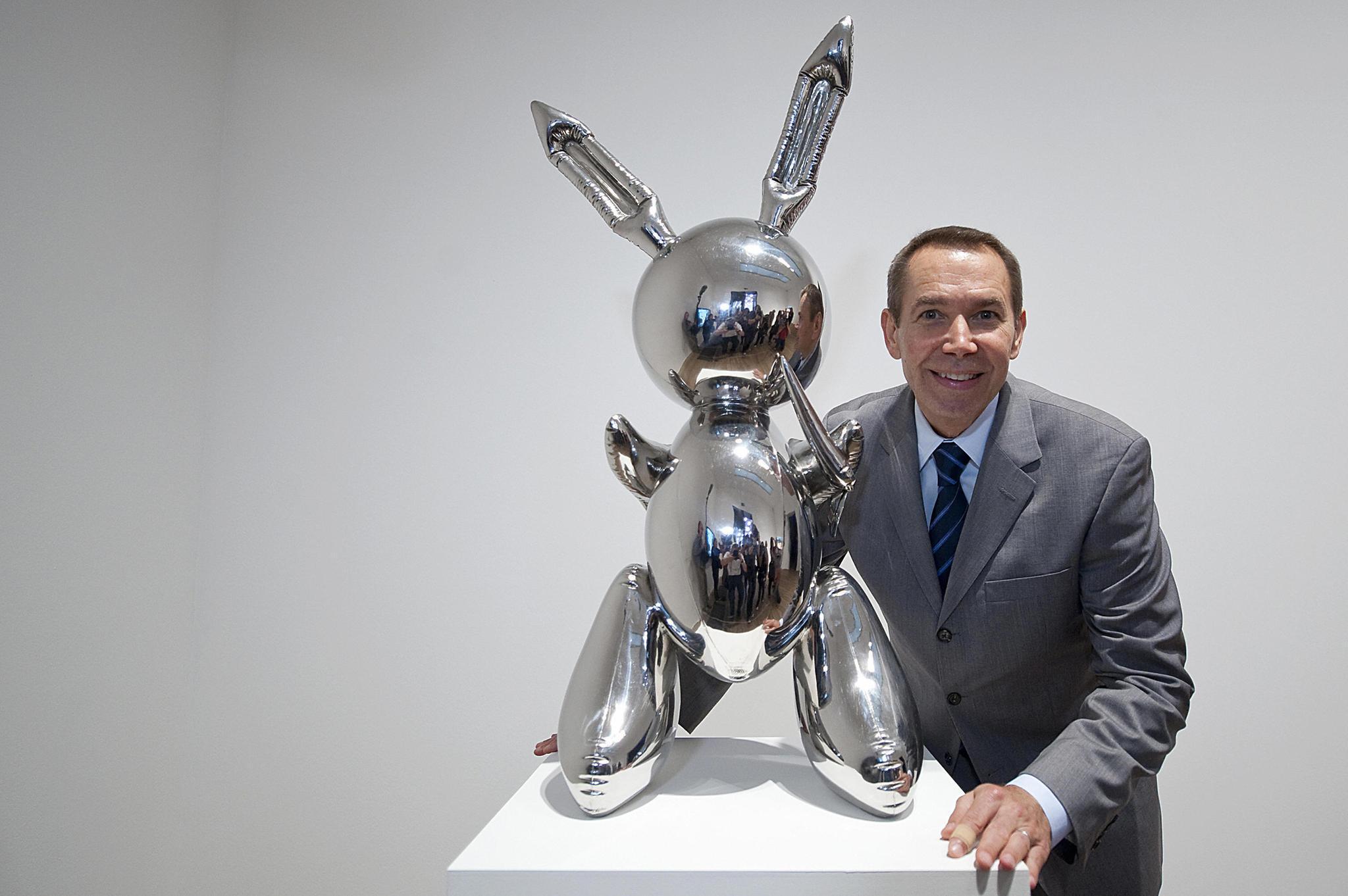 Der Künstler Jeff Koons posiert im September 2009 im LondonerTate Modern mit seiner weltberühmten Skulptur.