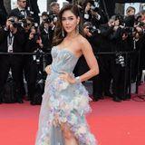 Araya Hargate setzt auf einen Pastell-Traum. Das Kleid besticht durch eine enge Korsage. Ihr Bein ist irgendwo zwischen zahlreichen Federn in zarten Farbtönen zu sehen. Die Schauspielerin sieht wie der Frühling persönlich aus.